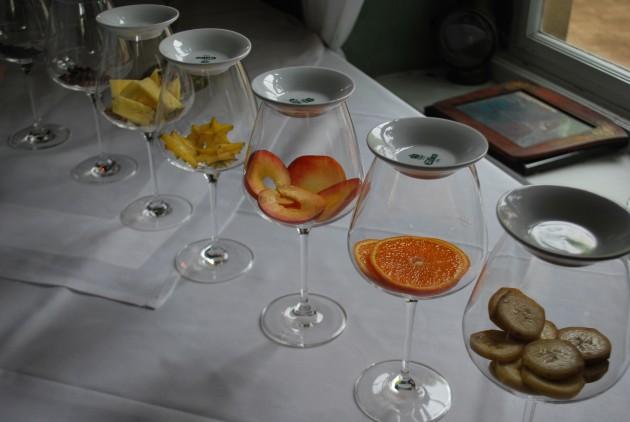 Das Zusammenspiel der Rebstockwurzel und des mineralischen Bodes ergeben Aromen die wir ebenso bei Äpfeln, Apfelsinen udn Pfirsich wiederfinden. Um diese besser zu erkennen und die eigene Geruchswahrnehmung zu trainieren haben wir Geruchsgläser bereit gestellt.