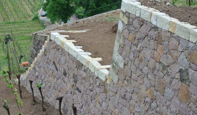 Stützmauer auf den Traminerterrassen